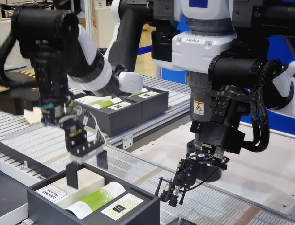 Robôs preparando caixa com produtos de beleza.